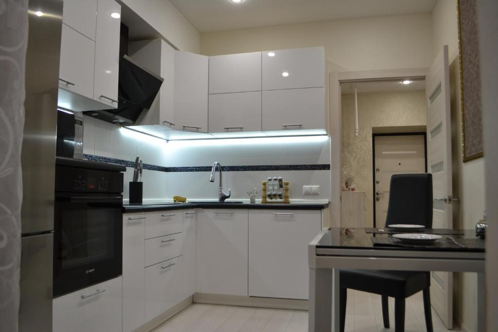 Кухня или мини-кухня в Apartments on Vera Zasulich 48