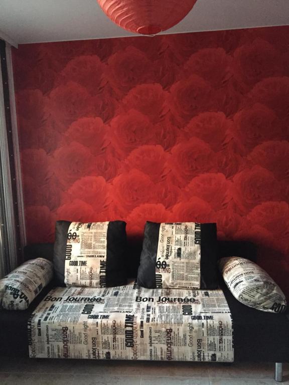 Кровать или кровати в номере Apartments on Vladimira Nevskogo