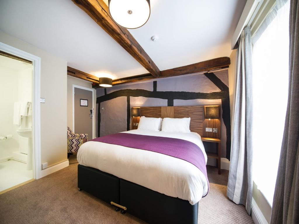 A bed or beds in a room at Innkeeper's Lodge Hook