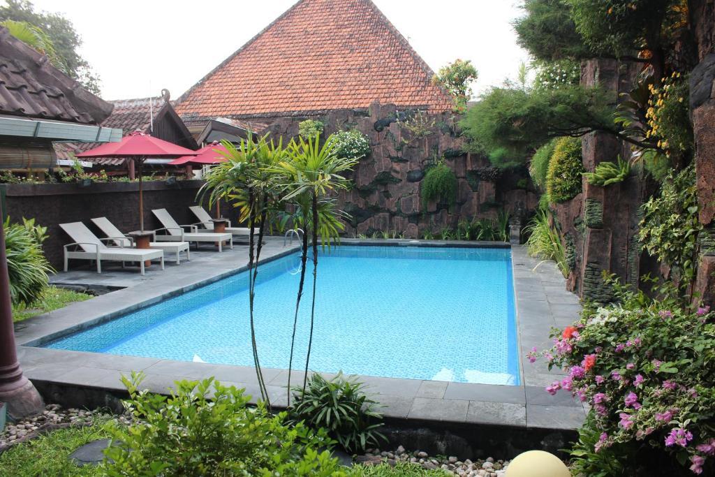 Piscine de l'établissement Prambanan Guesthouse ou située à proximité