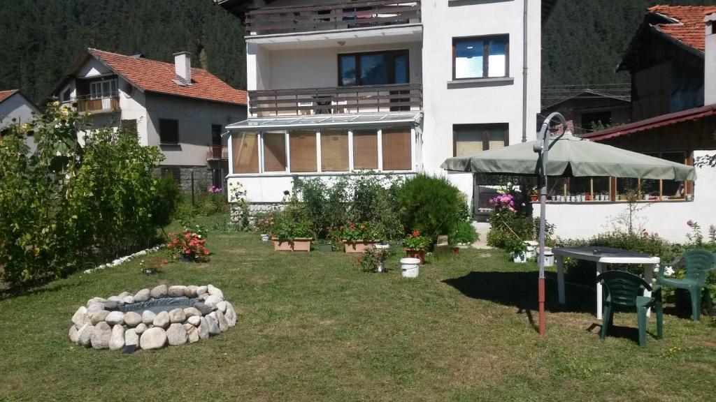 A garden outside All Seasons Mountain Vistas
