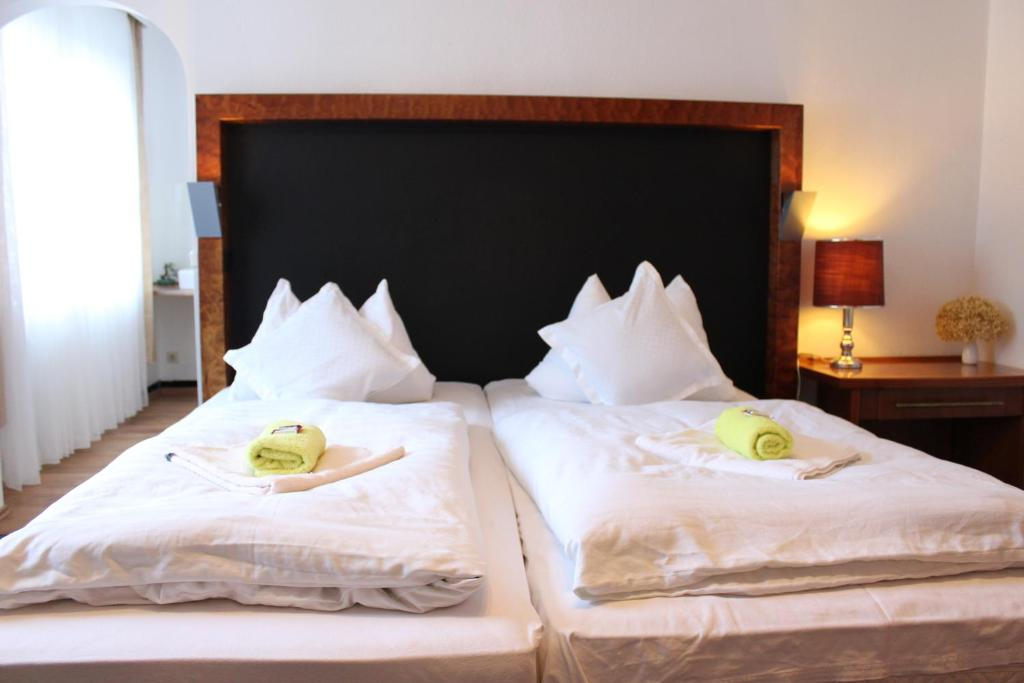 A bed or beds in a room at Waldpension Bielefeld