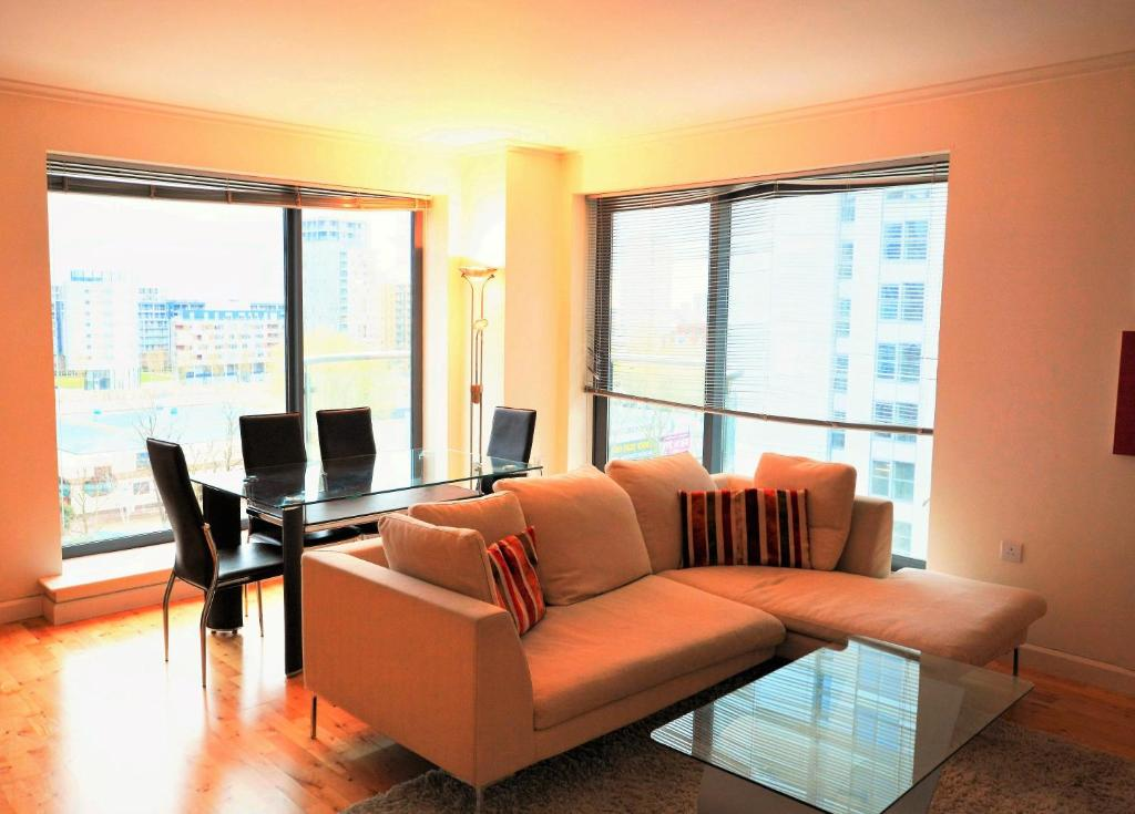 A seating area at Zen Apartments- Canary Wharf