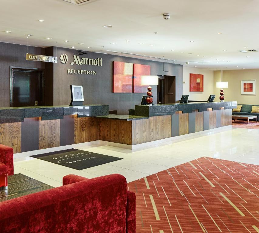 The lounge or bar area at Peterborough Marriott Hotel