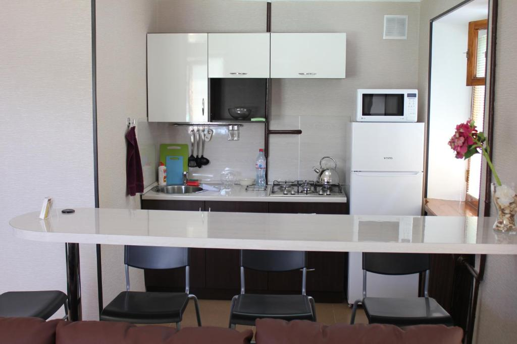 Кухня или мини-кухня в De Luxe Apartment on Lenina 40