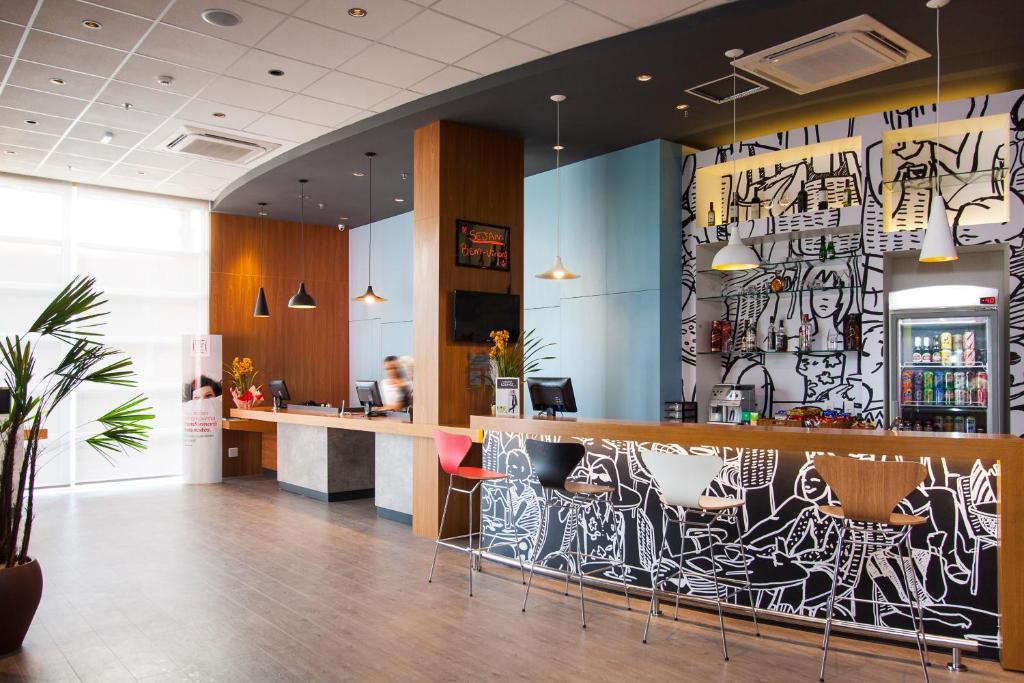 The lobby or reception area at ibis Mogi das Cruzes Shopping