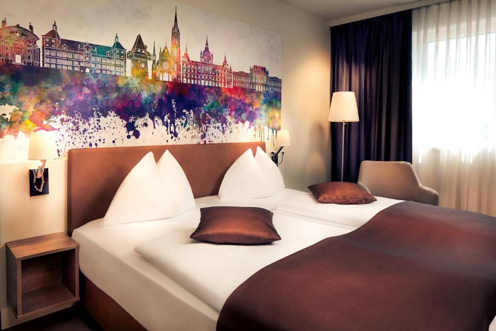 A bed or beds in a room at Hotel Mercure Graz City