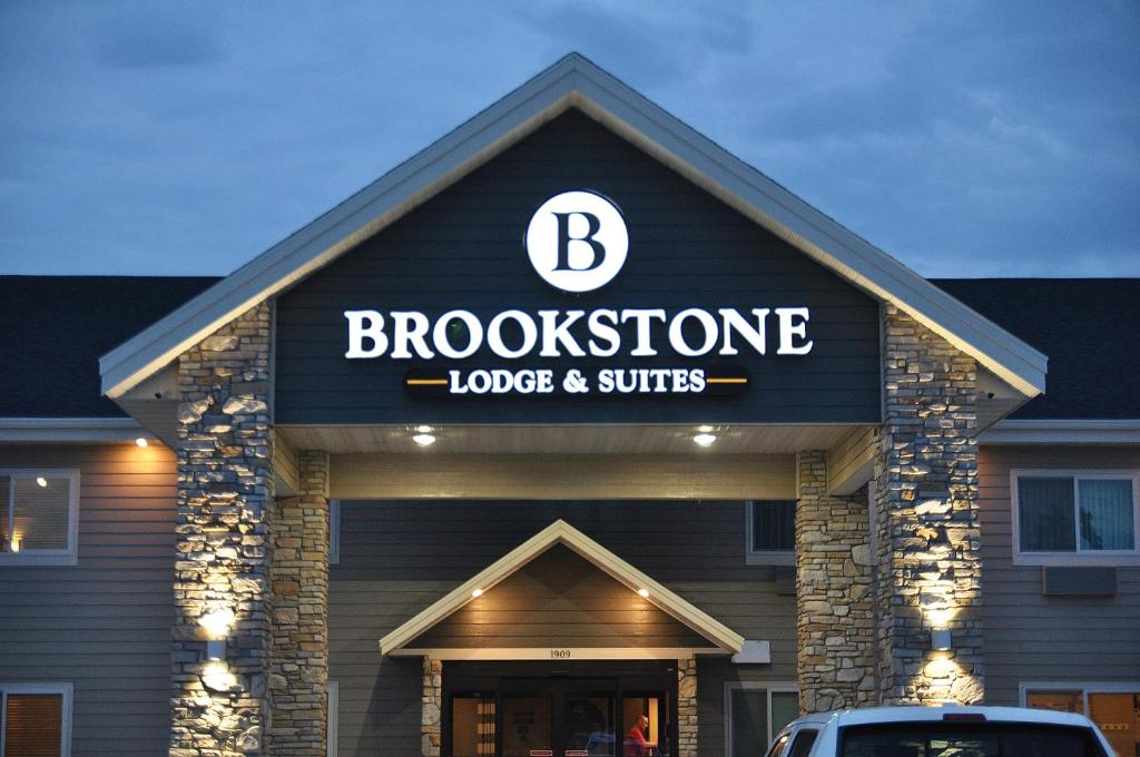 The facade or entrance of Brookstone Lodge & Suites