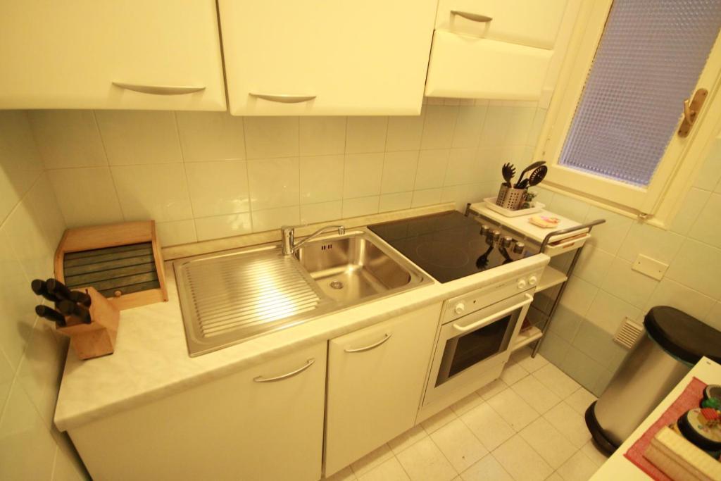 A kitchen or kitchenette at Florence Ponte Vecchio Apartment