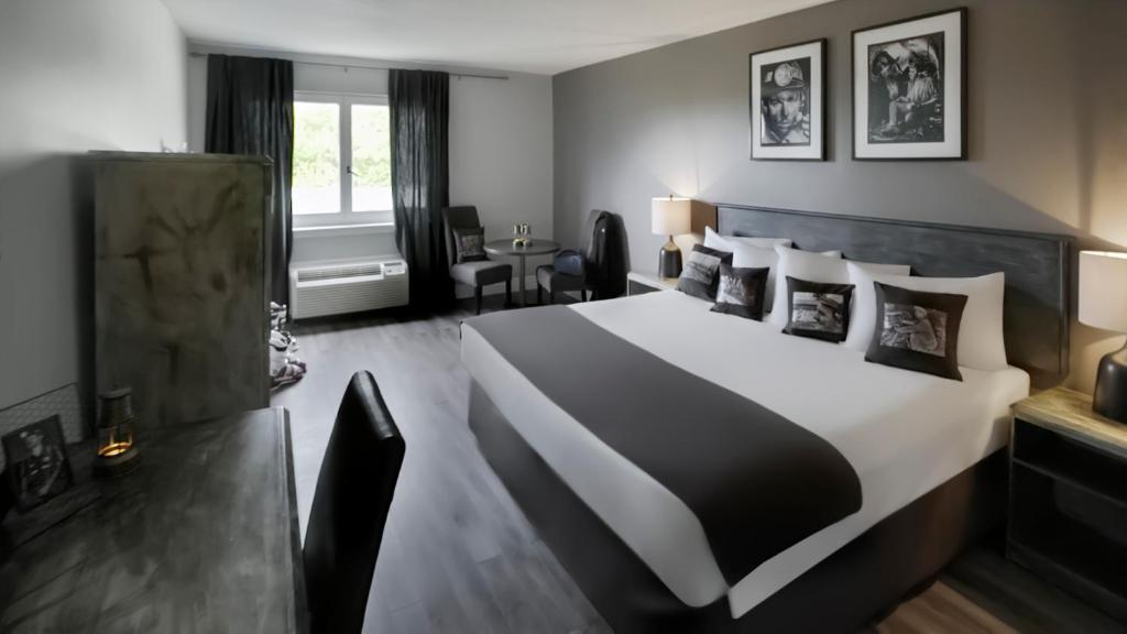A bed or beds in a room at Hearthstone Inn Sydney