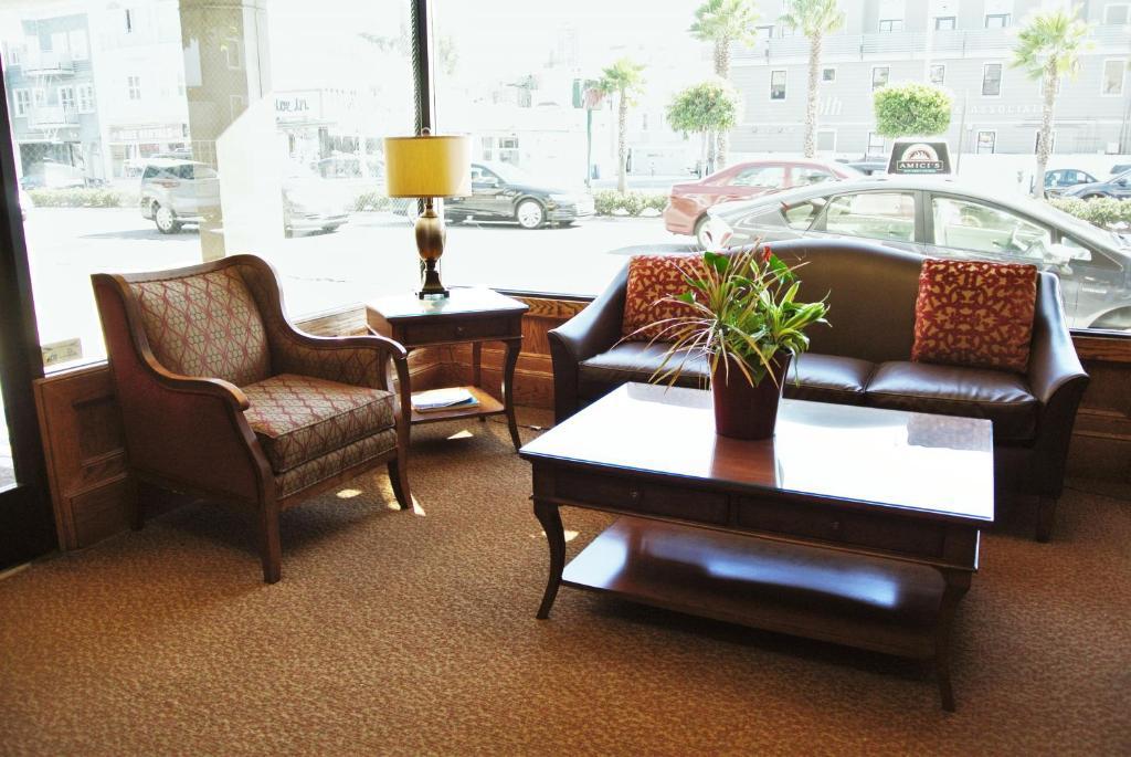 Lobby/Rezeption in der Unterkunft Cow Hollow Inn and Suites