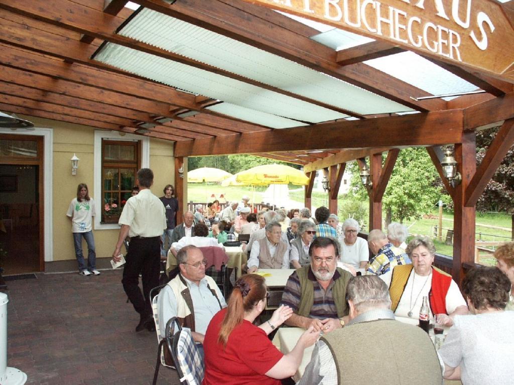 Ein Restaurant oder anderes Speiselokal in der Unterkunft Gasthaus Buchegger