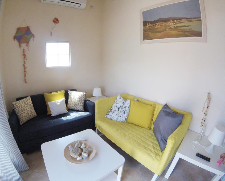 Ο χώρος του lounge ή του μπαρ στο Arapakis Apartment