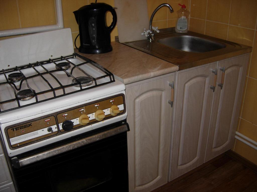 Кухня или мини-кухня в Apartments at Lomonosova 7