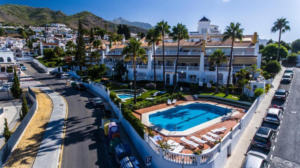 Utsikt över poolen vid Apartamentos Las Rosas de Capistrano eller i närheten