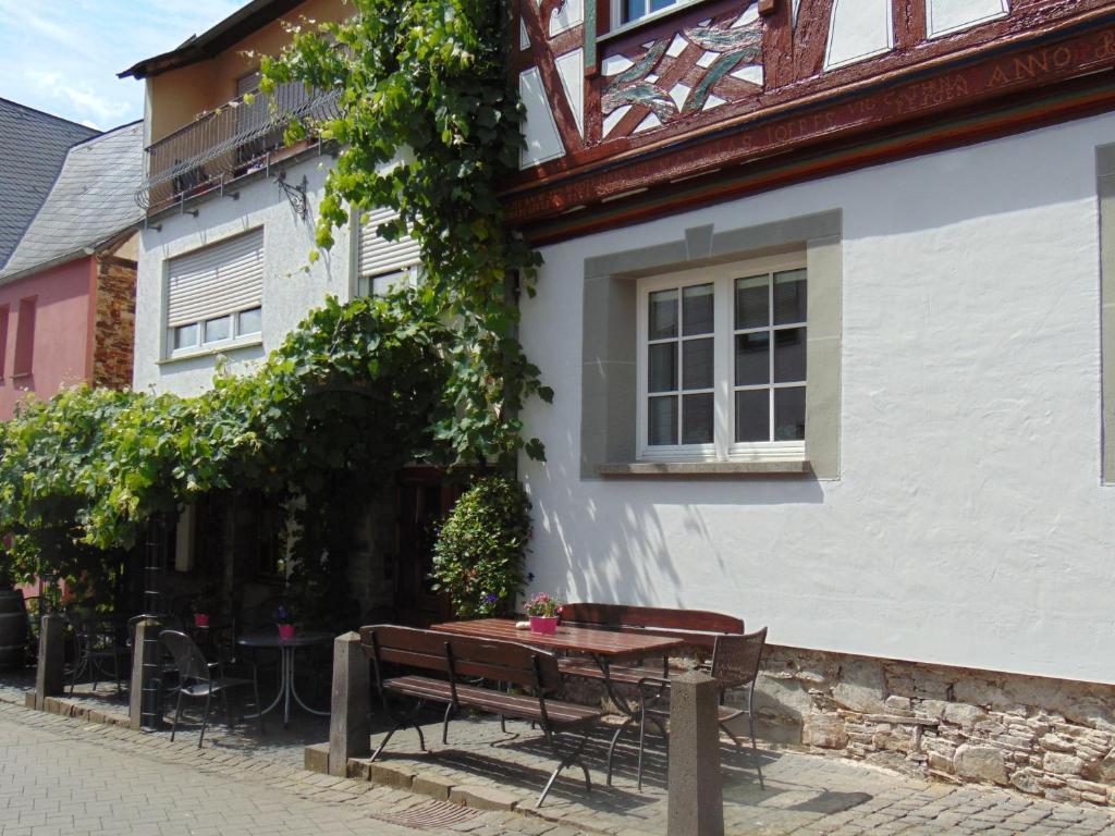 Een patio of ander buitengedeelte van Ferienwohnung Bergblick /Moseltal
