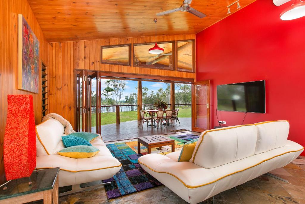 The lounge or bar area at Lake Tinaroo Waterfrontage