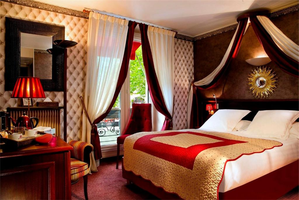 A bed or beds in a room at Hotel Britannique