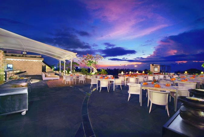 A restaurant or other place to eat at Kuta Reef Apartments