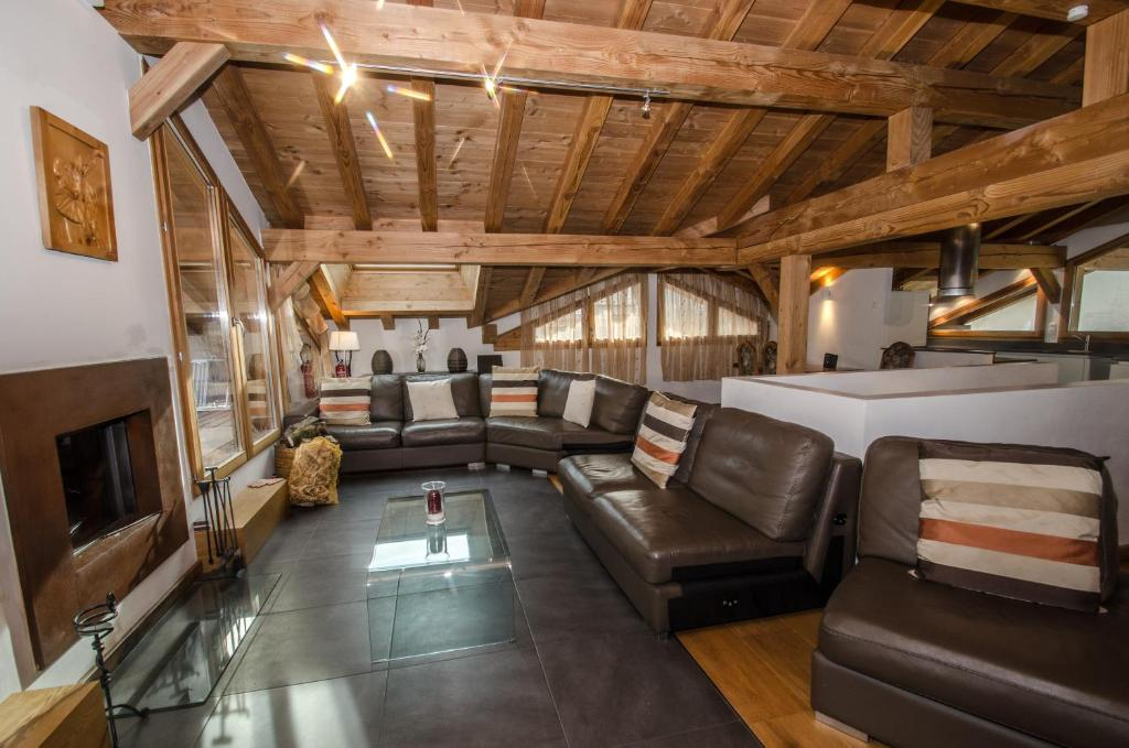 The lounge or bar area at Chalet Gaia