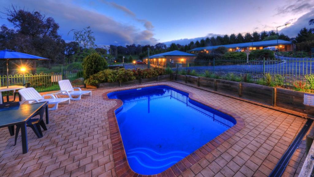 The swimming pool at or near Motel Views Yackandandah