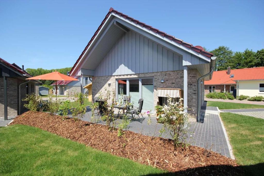 Ein Garten an der Unterkunft Feriendorf Südstrand Haus 54