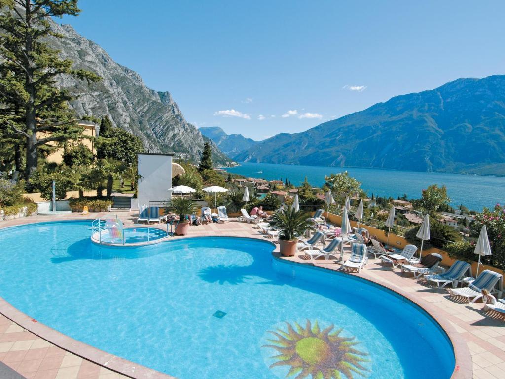 Ein Blick auf den Pool von der Unterkunft Hotel San Pietro oder aus der Nähe