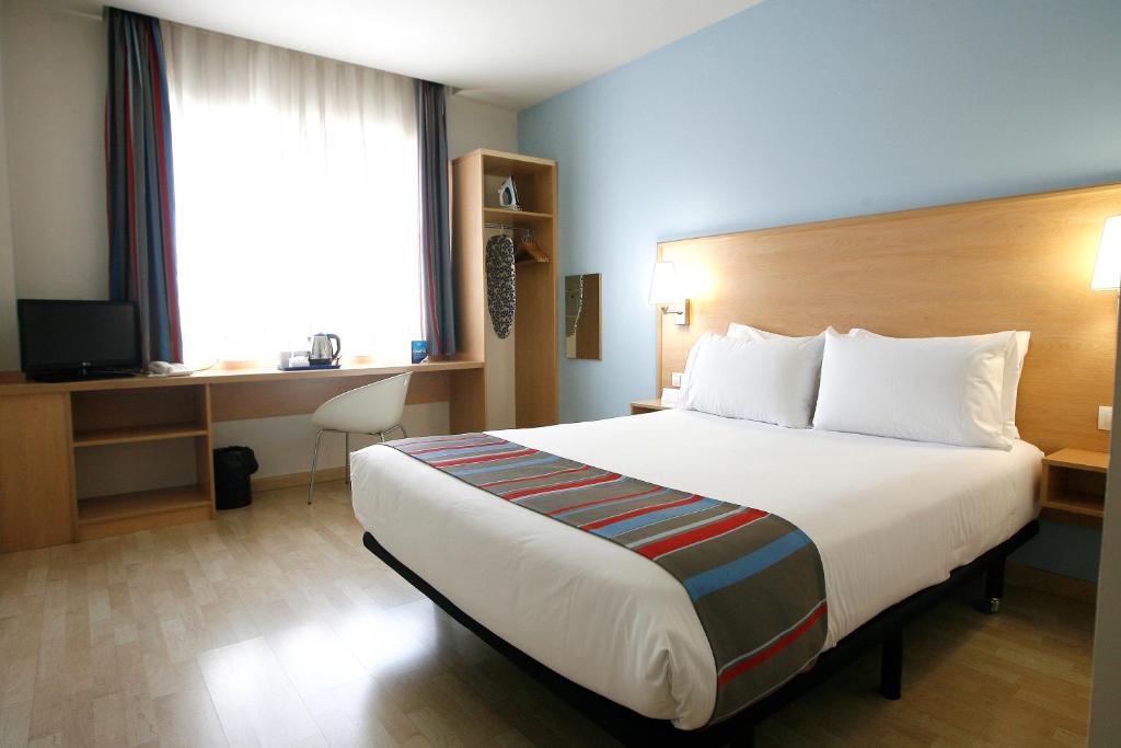 Ein Bett oder Betten in einem Zimmer der Unterkunft Travelodge Torrelaguna