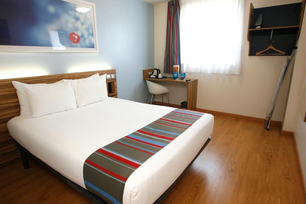 Een bed of bedden in een kamer bij Travelodge Barcelona Poblenou