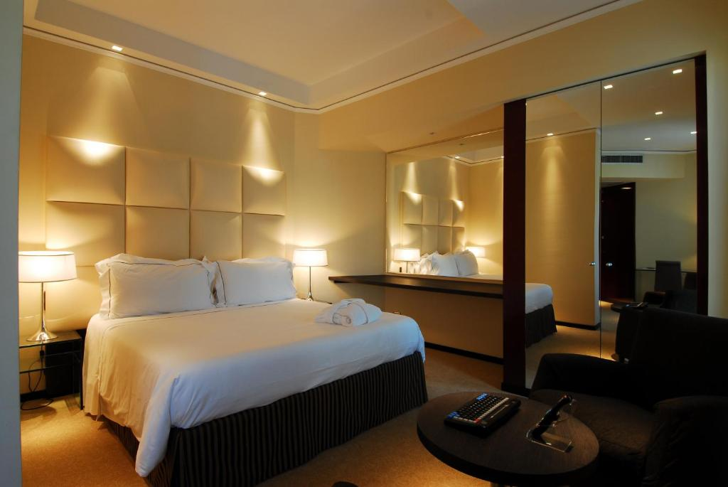 A bed or beds in a room at Cosmopolitan Hotel