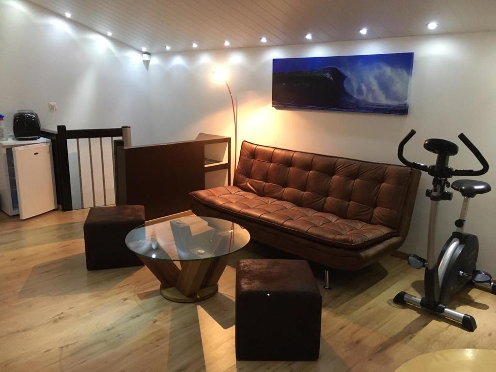 Lounge oder Bar in der Unterkunft Studio cosy au centre de Couvet