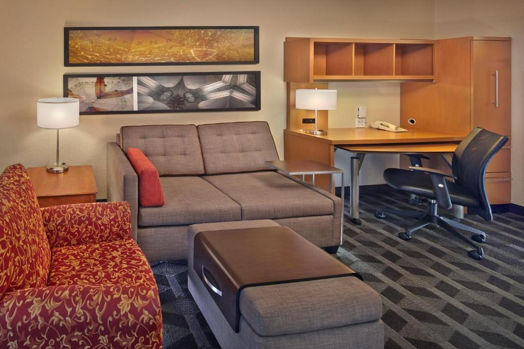 A seating area at TownePlace Suites by Marriott Orlando East/UCF Area
