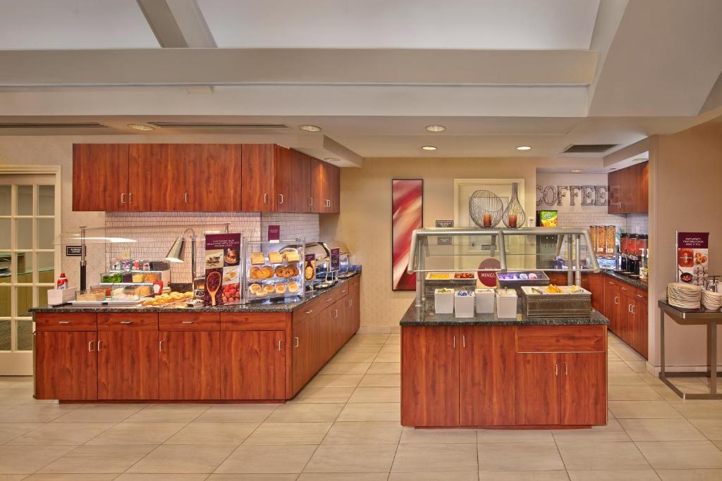 A restaurant or other place to eat at Residence Inn by Marriott Orlando East/UCF Area