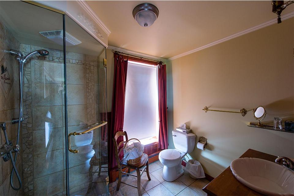A bathroom at Auberge Mr James