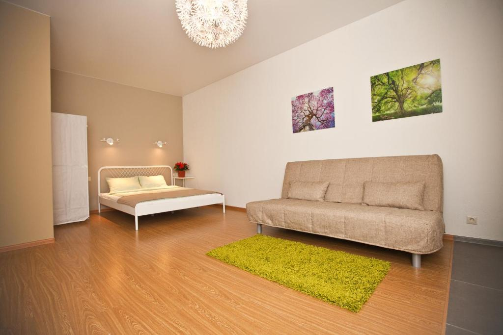 A seating area at Apartments on Dachnaya 1
