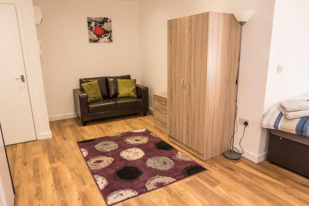 A seating area at Town Centre Apartments