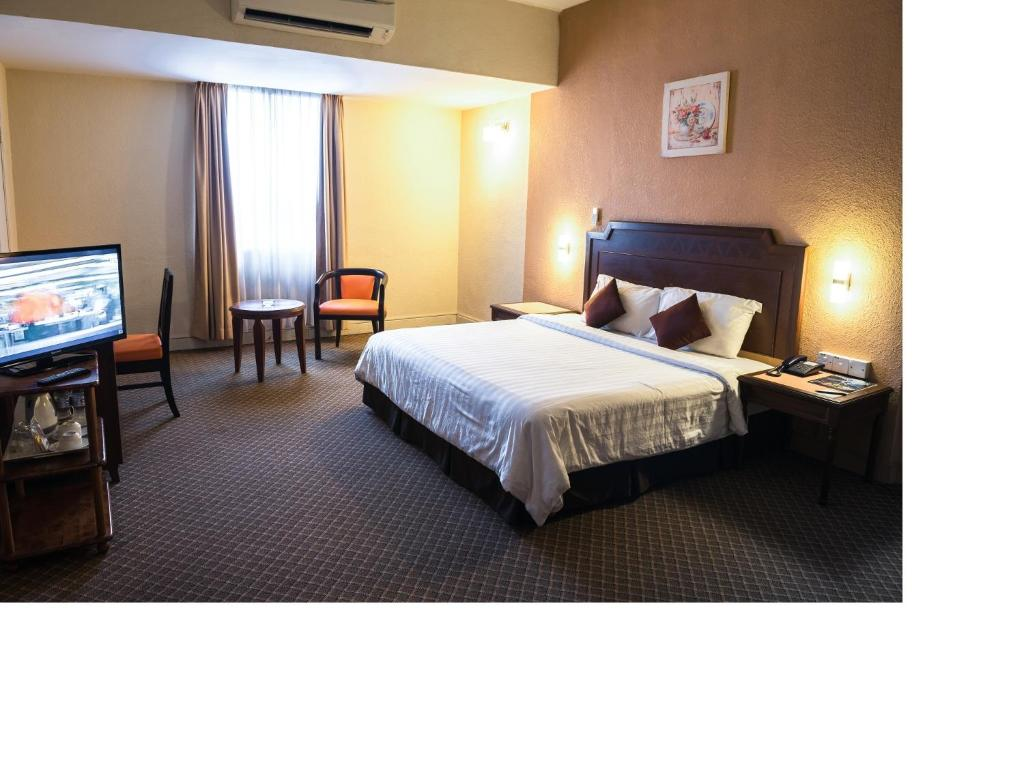 A bed or beds in a room at Sentosa Regency Hotel