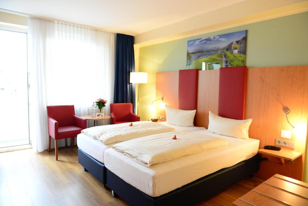 A bed or beds in a room at Hotel National Düsseldorf (Superior)