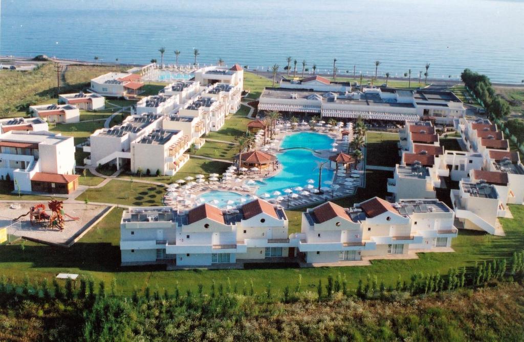 Een luchtfoto van Zorbas Beach Hotel