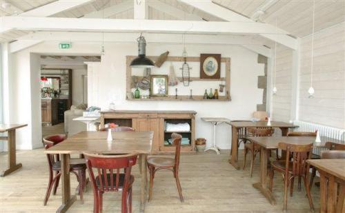 The lounge or bar area at Le Lodge Kerisper
