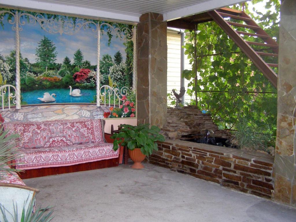 Патио или другая зона на открытом воздухе в Коттедж с кухней и летней террасой