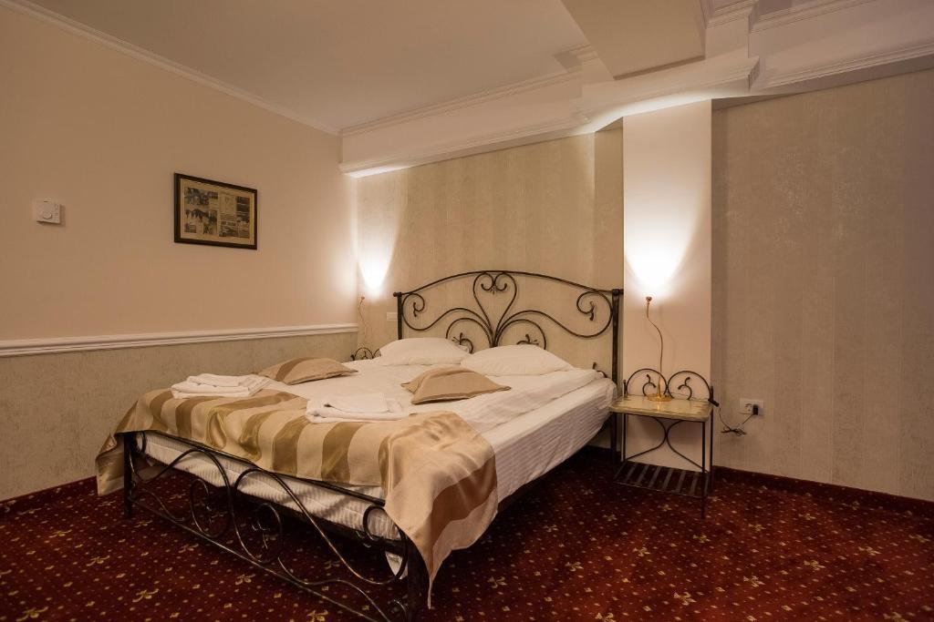 Un pat sau paturi într-o cameră la Hotel Aviator Boutique