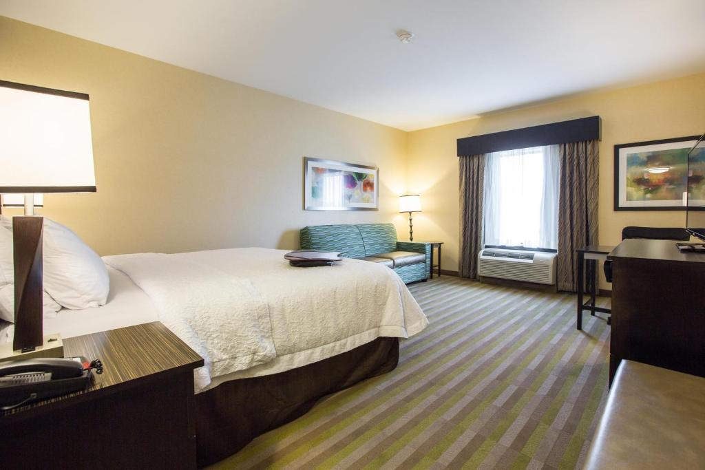A bed or beds in a room at Hampton Inn & Suites Toledo/Westgate