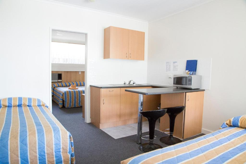 A kitchen or kitchenette at Bamboo Motor Inn