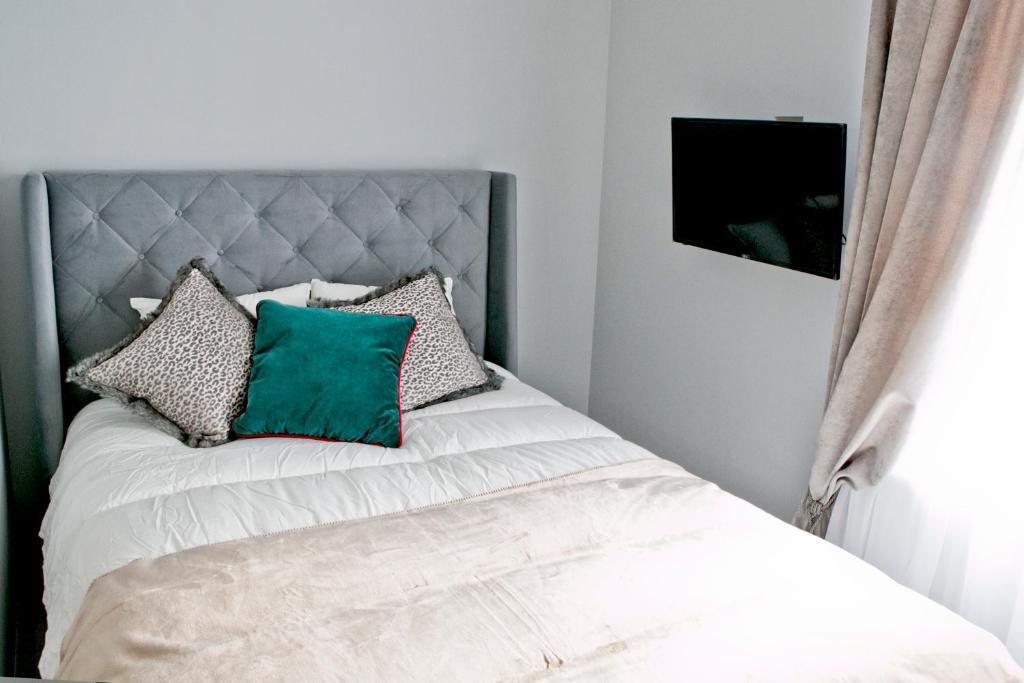 Łóżko lub łóżka w pokoju w obiekcie Elegant City Center Apartment 7B