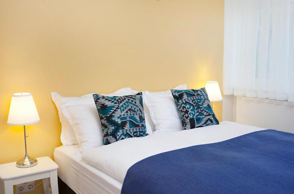 A bed or beds in a room at Northern Comfort Apartments