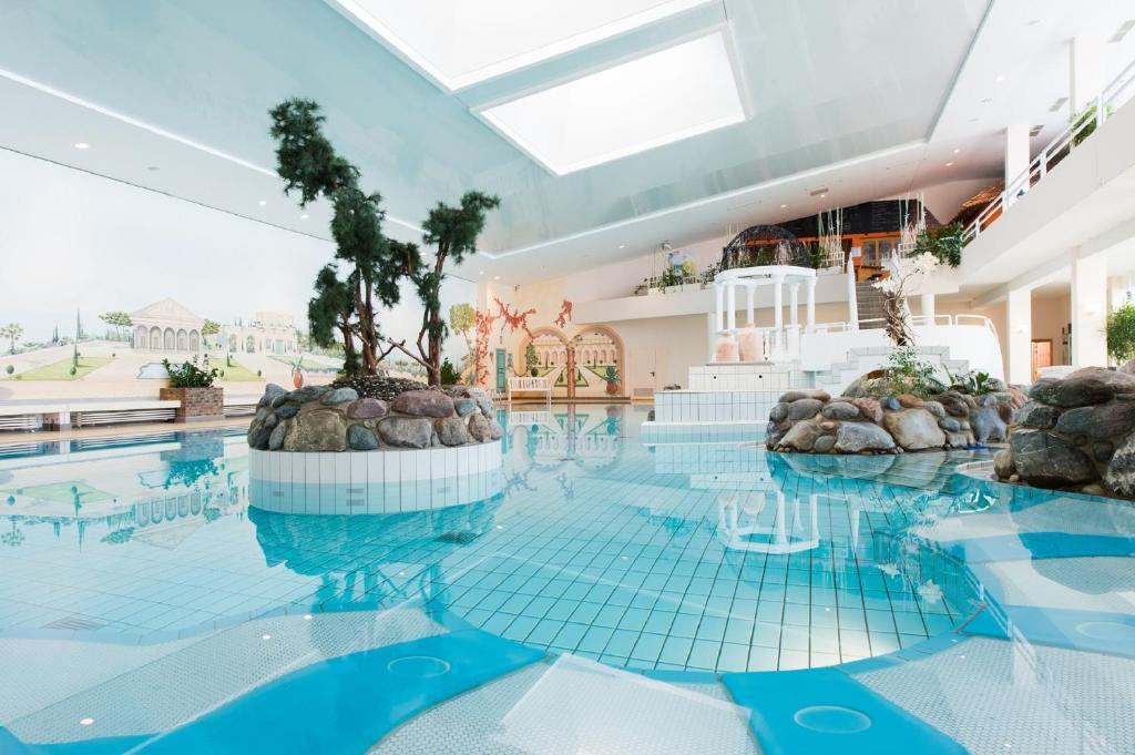 Der Swimmingpool an oder in der Nähe von Rhön Park Aktiv Resort