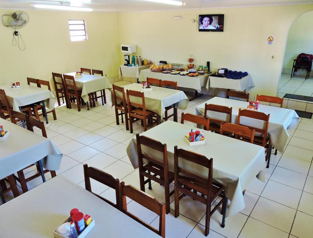 A restaurant or other place to eat at Hotel Comodoro De Livramento