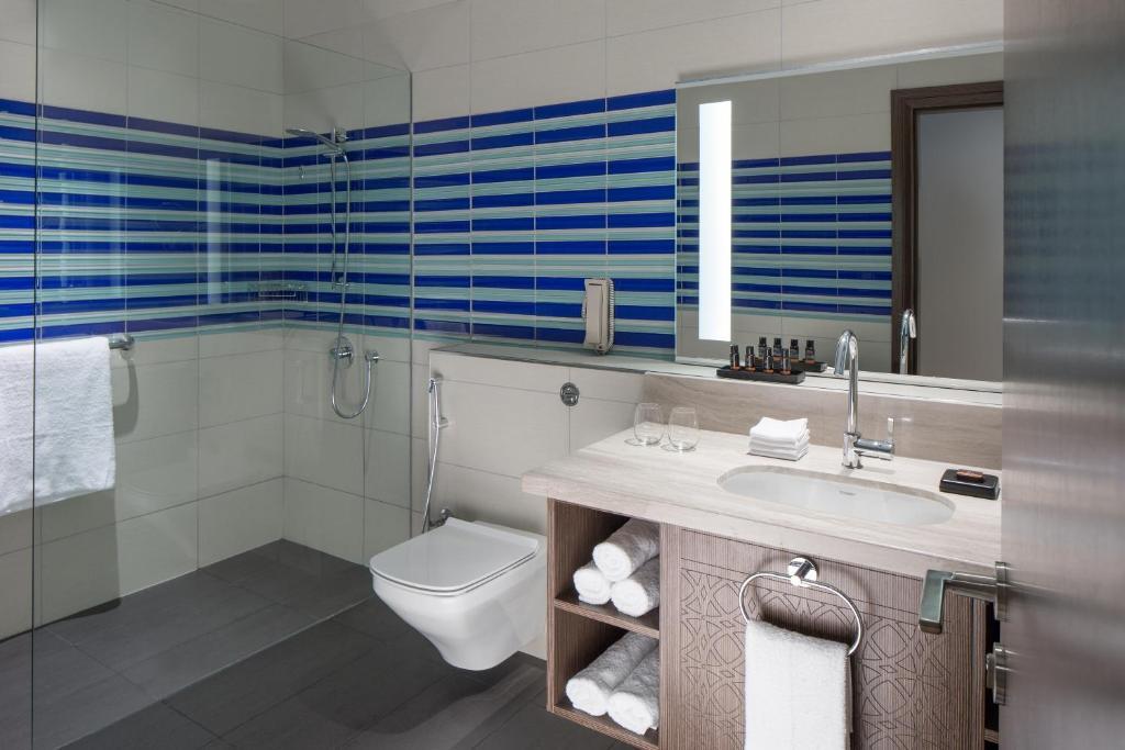 Ванная комната в Dusit D2 Kenz Hotel Dubai