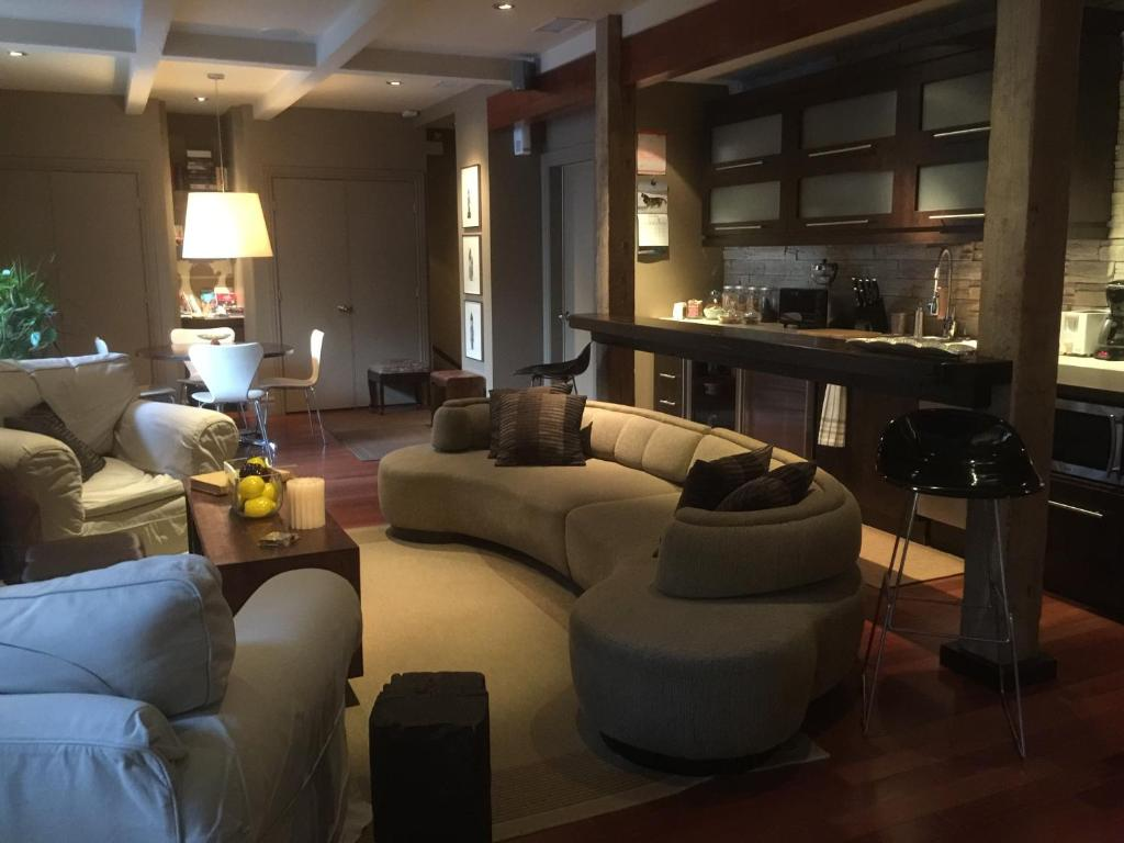 The lounge or bar area at Sir Montcalm Gite B&B